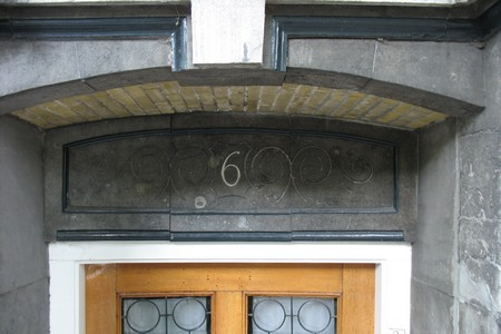 Huisnummer boven deur